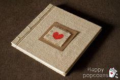 libro de firmas o álbum artesanal de arpillera Card Holder, Wall Decor, Weeding, Ideas Para, Happy, Craft, Book Binding, Decorated Notebooks, Signature Book