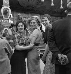 Femmes dans une fête foraine, France, ca 1935, Roger-Viollet. French (1869 - 1946)  (Source:  loeildelaphotographie  )