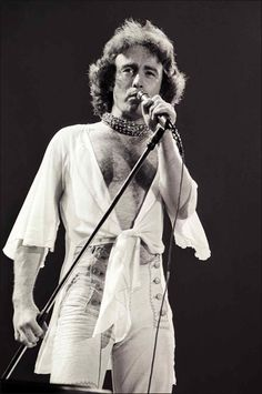 Paul Rodgers, LOVE HIM ! He has the most awesome voice.he sings the blues and rock like no one can ! Paul Rodgers, U Rock, Hard Rock, Rock N Roll Music, Rock And Roll, Good Music, My Music, Classic Blues, Spirituality