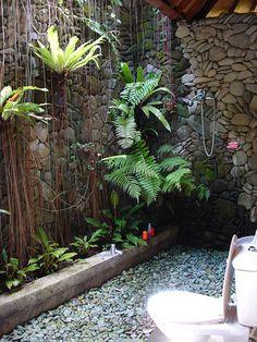 pebbled walls & vines - All For Garden Garden Bathroom, Garden Shower, Bathroom Green, Indoor Outdoor Bathroom, Outdoor Baths, Tropical Houses, Tropical Garden, Outside Showers, Outdoor Showers