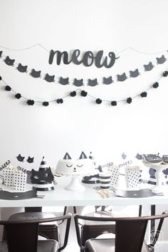 Mom's Best Network: Purrrrrfect Black CAT Halloween Party (this could easily be an awesome birthday party theme, too! Kitty Party, Fete Halloween, Halloween Cat, Birthday Decorations, Birthday Party Themes, Table Decorations, Cat Themed Parties, Decoration Evenementielle, Cat Birthday