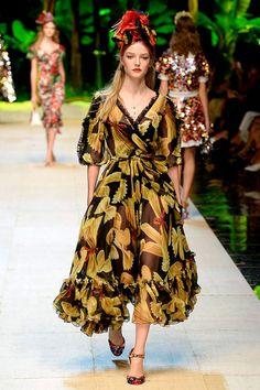 Dolce & Gabbana Spring 2017 Ready-to-Wear Collection Photos - Vogue Folk Fashion, Fashion Show, Vintage Fashion, Fashion Outfits, Vintage Glam, Fashion News, Women's Fashion, Dolce & Gabbana, Floral Chiffon
