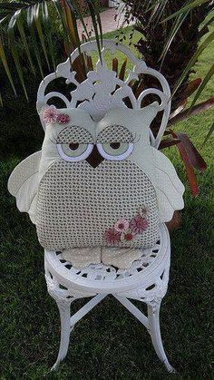 Buo owl would use colors to match baby room SOLO MODELO, elaborar moldes. Fabric Crafts, Sewing Crafts, Sewing Projects, Cute Pillows, Diy Pillows, Decorative Pillows, Owl Crafts, Diy And Crafts, Owl Cushion