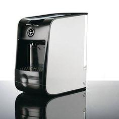 """Pratica e funzionale la Macchina Caffè """"Hausbrandt"""" di Fratelli Guzzini ti permette di preparare caffè, tisane ed infusi, esaltandone la qualità, il gusto, l'aroma, e la cremosità."""