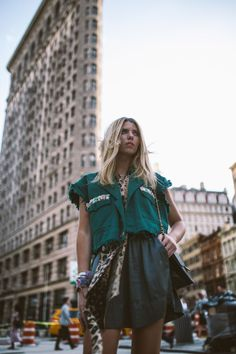 23 Impressive - Creative Womens Fashion Ideas : Mind Blowing woman wearing green top standing near Flatiron building Hipster Stil, Style Hipster, Hipster Fashion, Cool Street Fashion, Urban Fashion, Fashion Line, Fashion Images, Fast Fashion, Fashion Pictures