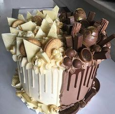 Like a cake decorator who sells their cakes or a home baker who prepares desserts for friends and family, it is necessary to learn all. Sweet Recipes, Cake Recipes, Dessert Recipes, Dessert Food, Crazy Cakes, Fancy Cakes, Köstliche Desserts, Delicious Desserts, Desserts Nutella