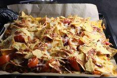 Herkullinen nachopelti sopii herkutteluun ja on mainio ruoka esimerkiksi leffailtoihin! Paleo Recipes, Cooking Recipes, Food Porn, Good Food, Yummy Food, Comfort Food, Cabbage Recipes, Savory Snacks, Vintage Recipes