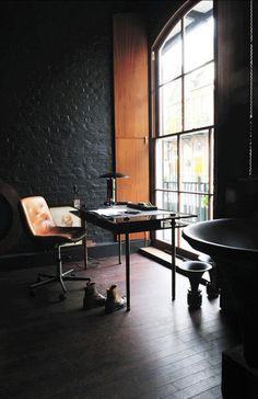 vintage industrial eclectic modern loft study with black brick walls. LOVE these black brick walls Loft Interior, Estilo Interior, Decor Interior Design, Interior Architecture, Interior And Exterior, Design Interiors, Modern Interior, Industrial Home Offices, Industrial House