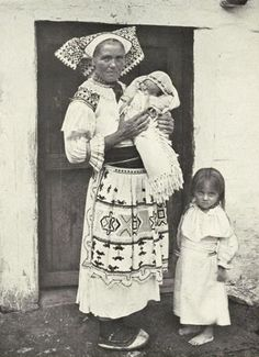 #Čičmany #Považie #Slovensko #Словакия #Slovakia Old Photos, Vintage Photos, Folk Costume, Costumes, Native Country, Heart Of Europe, Romanticism, Eastern Europe, Baby Wearing