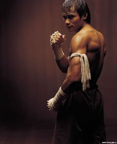Improve your Muay Thai workouts with better training routines and drills. List of Muay Thai exercises to take your fighting to the next level Tony Jaa, Muay Thai, Martial Arts Movies, Martial Artists, Action Posen, Jiu Jitsu, Fighting Poses, Anatomy Poses, Human Poses