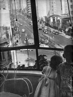 Avenida São João em 1957, vista do edifício Racy, na esquina com a rua Ana Cintra (entrada à esquerda), em direção ao centro. Ao fundo, à direita, o prédio com fachada arredondada era o antigo Hotel Regência, na esquina com a rua Frederico Steidel. Hoje o imóvel se encontra um tanto deteriorado e foi transformado em moradia popular.