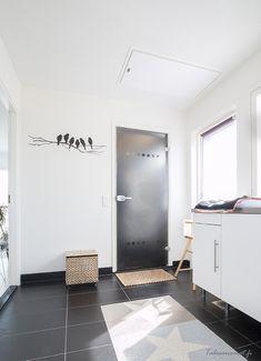 Kodinhoitohuone sijaitsee pukeutumishuoneen yhteydessä Helsinki, Laundry Room, Home Decor, Decoration Home, Room Decor, Laundry Rooms, Home Interior Design, Home Decoration, Laundry