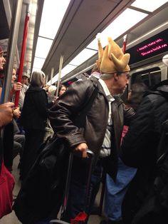 Señor, lleva usted un pollo en la cabeza.