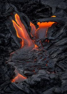 Crawler - Lava surface-flows converge and slowly crawl down the black slopes of Kilauea Volcano, Big Island, Hawaii Hawaii Volcanoes National Park, Volcano National Park, Natural Phenomena, Natural Disasters, All Nature, Amazing Nature, Volcano Parts, Erupting Volcano, Volcano Ash