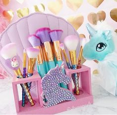 All this unicorn makeup so awesome! Unicorn Brush, Unicorn Makeup, Unicorn Nails, Unicorn Birthday, Unicorn Party, Unicorn Rooms, Unicorns And Mermaids, Makeup Rooms, Makeup Brush Set