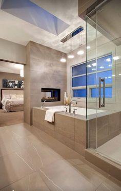 Salle de bains avec très grande baignoire