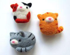 ~ Fabriqués sur commande ~  Ces aimants de chat adorable feutrée à laiguille sont fait à la main en 100 % laine naturelle.  Ils feraient un parfait cadeau pour un amoureux des chats ou un objet décoratif ajouter un peu de gentillesse à votre réfrigérateur ou toute autre surface métallique.  Les chats sont fabriqués sur commande et peuvent être achetés individuellement ou comme un ensemble de trois. Lensemble de trois comprend :  -Chat tigré gingembre -Chat tigré gris -Chat Calicot  Aimants…