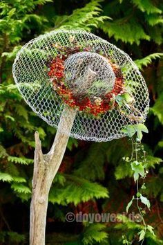 Wired hat - object made of hare wire- Drahtiger Hut – Objekt aus Hasendraht Wired Hat – Hare Wire Object – Karin Urban – Natural STyle - Diy Garden Projects, Garden Crafts, Diy Garden Decor, Art Projects, Chicken Wire Art, Chicken Wire Crafts, Rabbit Wire, Deco Nature, Metal Garden Art