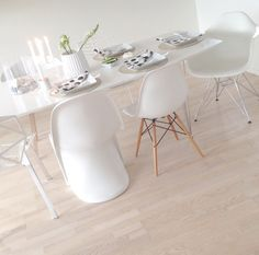 Dinning table with differents kinds of scandi chair.