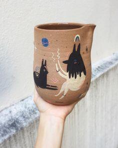 Illustration on ceramics - by Miriam Brugmann Ceramic Clay, Ceramic Painting, Ceramic Pottery, Pottery Art, Keramik Design, Sculptures Céramiques, Illustration, Hand Painted Ceramics, Handmade Pottery