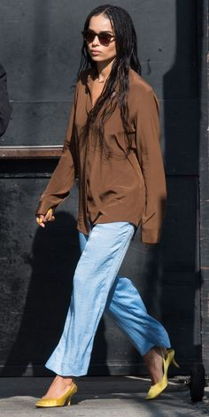 of the Day On the way to Jimmy Kimmel Live!, Zoe Kravitz showed the power of an oversized blouse and a statement kitten heel.On the way to Jimmy Kimmel Live!, Zoe Kravitz showed the power of an oversized blouse and a statement kitten heel. Casual Street Style, Street Style Looks, Looks Style, Zoe Kravitz Style, Lenny Kravitz, Zoe Kravitz Braids, Joan Smalls, Oversized Blouse, Inspiration Mode