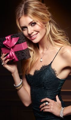 Eine Perle für Ihre Perle. Sie sind auf der Suche nach einem Geschenk für Ihre Liebste? Wie wäre es mit einem edlen Ring oder einer Halskette?
