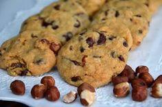 Des petits biscuits parfaits pour servir avec le thé pour le goûter! Ingrédients pour environ 30 cookies : 250g de beurre 350g de sucre de canne roux 375g de farine 300g de pépites de chocolat 100g de noisettes 1 oeuf 1/2 sachet de sucre vanillé 1/2 sachet...