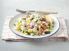 Tämä ruokaisa salaatti käy hyvin lounaaksi, sillä peruna, broileri ja raejuusto tuovat siihen täyttävyyttä. Tähän salaattiin voit hyödyntää vaikka edelliseltä päivältä ylijääneet perunat.