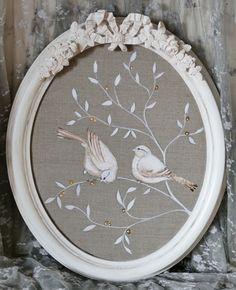 Tableau oiseaux aux baies d'or et son cadre shabby chic : Décorations murales par perle-de-lumieres