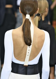 Les différentes façons de porter la ponytail repérées sur les shows : la queue de cheval ceinturée du défilé Tibi