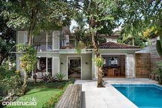Reformada para valorizar a integração com a área externa, esta casa na zona sul carioca ganhou portas largas que ligam o estar ao quintal, agora o ponto de encontro preferido da família