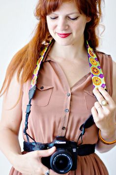 Make this personalised and upcycled camera strap with this easy DIY. Sturdy and secure and suitable for all camera. All you need is a piece of fabric! Fashion Sewing, Diy Fashion, Diy Craft Projects, Sewing Projects, Diy Camera Strap, Fabric Scissors, Sewing Leather, Easy Crafts For Kids, How To Look Pretty