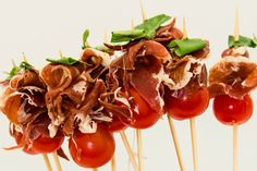 lolly's tomaat, serrano, basilicum Italian Snacks, Italian Recipes, Party Snacks, Appetizers For Party, Food N, Food And Drink, Mini Foods, Appetisers, International Recipes