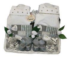 Cesta Gemelos Gris. 103.95€ www.lacestitadelbebe.es Una preciosa cesta para gemelos en colores clásicos, blanco y gris, con trajecito en elegante piqué de la firma Chocolat Baby