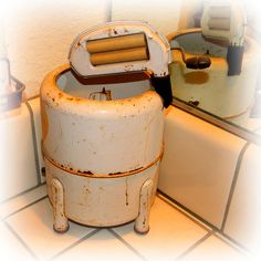 Retro Appliances, Kitchen Appliances, Barns, Washing Machine, Laundry, Old Things, Doors, Mini, Vintage