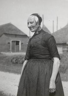 Vrouw uit Oldebroek, gekleed in de streekdracht van de Noordwest-Veluwe. Ze draagt opknapdracht en ze is in de rouw. #Veluwe #Gelderland #oudedracht #Oldebroek