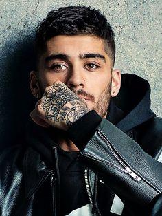 You put a spell on me Zayn Malik with those tattoos and pretty brown eyes Estilo Zayn Malik, Zayn Malik Style, Zayn Malik Photos, Zany Malik, Poses For Men, Hommes Sexy, Nicole Scherzinger, Liam Payne, Haircuts For Men
