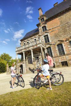 Rien de mieux qu'une petite promenade en famille, à vélo et s'arrêter devant le célèbre château de Mongommery © LAMOUREUX