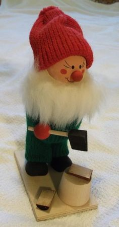 Jultomte som hugger ved Svenskt hantverk Retro 1970-tal på Tradera.com -