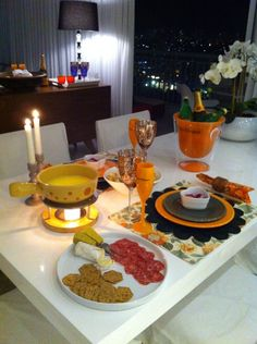 Mesa posta para dois. Um jantar romântico sem deixar a elegância da mesa posta de lado.