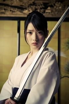 Samurai girl and her Katana Geisha Samurai, Ronin Samurai, Female Samurai, Samurai Art, Japanese Warrior, Japanese Sword, Japanese Girl, Kendo, Aikido