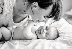 12 Ideen und Tipps, wie Du natürliche Babyfotos zu Hause selber machen kannst, fast wie ein professionelles Babyshooting. Die ersten Wochen mit dem Nachwuchs sind etwas ganz Besonderes, umso mehr wenn es das erste Kind ist. Alles ist neu und aufregend, das Wort Alltag bekommt eine andere Dimension