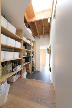 キッチンの裏にある大容量のパントリー。玄関側からも入ることができ、買物から帰ってきたときに便利。 Thinking Outside The Box, Storage Spaces, Shelving, Bookcase, Stairs, Architecture, Nara, House, Furniture