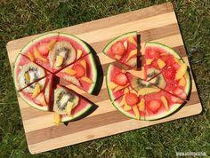 Maak een watermeloen pizza. Gezond, lekker zomers recept met fruit voor kinderen. Ook lekker bij de bbq Kinder Party Snacks, My Favorite Food, Favorite Recipes, Kreative Desserts, Summer Snacks, Fruit Snacks, Food Humor, Kids Meals, Snacks Kids