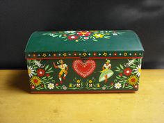 Hey, I found this really awesome Etsy listing at https://www.etsy.com/listing/174058284/vintage-green-tea-tin-or-bread-box-green