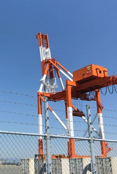 神戸六甲アイランドのガントリークレーン 後ろ姿がキリンぽい! Gantry crane of Kobe Rokko Island. The back behind is giraffe!