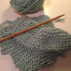 """Det første indlæg til """"sy til din baby"""" bliver et strikkeprojekt som har ligget på trapperne i en uges tid. Jeg har nemlig fået to forespø... Easy Yarn Crafts, Diy And Crafts, Baby Barn, Drops Design, Baby Knitting Patterns, Make Your Own, Children, Blog, Pink"""