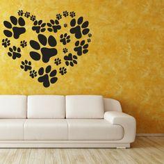 pochoirs muraux sur le mur jaune, salon avec un canapé en cuir beige, stickers…