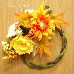 秋カラーのシルクフラワー(造花)のリースです。  ペーパーラフィアのリースで和風な感じが新しい♪  フエルト素材の可愛いパンプキン付きです。
