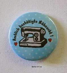 **Button Spruch mit Nähmaschine - Amtlich bestätigte Nähsucht! ** 5,9 cm  Rückseite Sicherheitsnadel   **Herstellungsart**  handmade + Herz ;-)   **Verwendete Materialien** ...